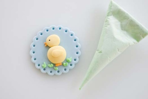 Fondant-cupcake-topper-with-Easter-motif-9